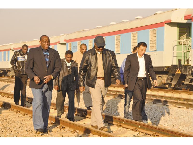 陪同业主视察铁路施工