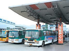 CNG公交车在等待加气